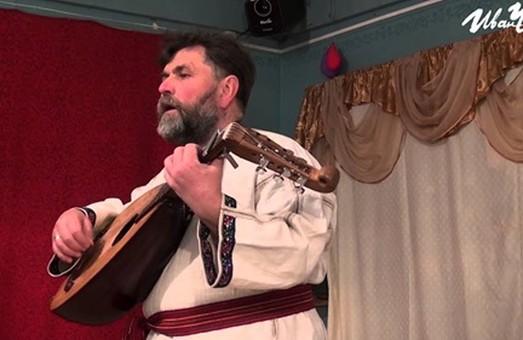 Загиблий бард Василь Жданкін, який вчився та працював у Львові, полюбляв співати «За веру, царя и отечество!»ч