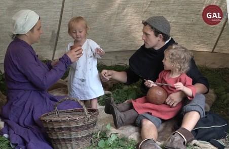 Львівська родина живе у наметі посеред міста та використовує лише середньовічний побут