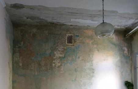У Львові діти ходять у дитсадок, де тече дах та стіни вкриті грибком повністю