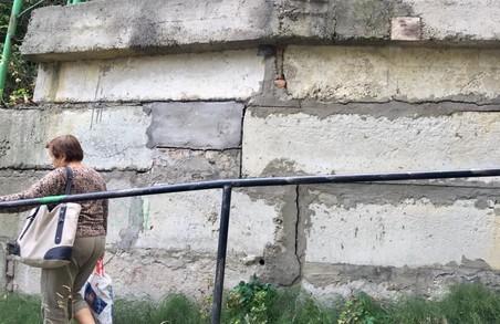 У Львові підпірна стіна може будь-якої миті впасти людям на голови