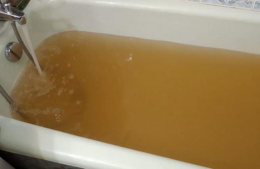 На Сихові з кранів тече брудна вода