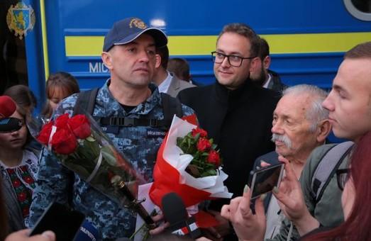 До Львова повернувся звільнений моряк Андрій Оприско