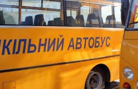 Біля Львова шкільні автобуси замість дітей возять людей за гроші
