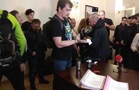 Спринському, який облив чиновників ЛМР фарбою, загрожує півроку арешту