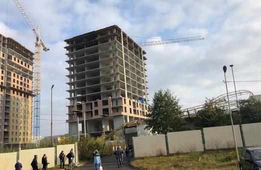 У Львові будівельний кран впав на супермаркет «Арсен» (ФОТО)