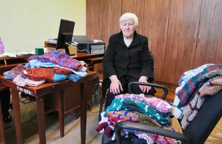 Пенсіонерка з Дрогобича зв`язала 380 пар шкарпеток для воїнів АТО