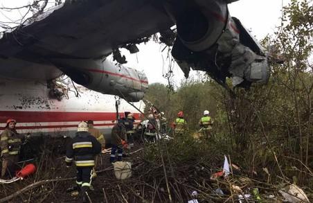 Літак Ан-12 здійснив аварійну посадку поблизу Львова: є загиблі (ФОТО)
