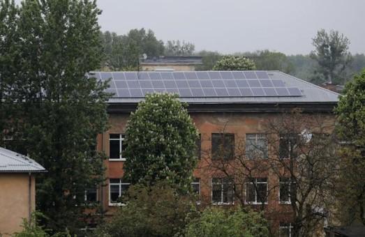 Львівська школа рік тому встановила сонячну електростанцію і досі її не запустила