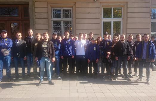 Активісти НК Львівщини прийшли під стіни ЛОДА з вимогою заяви проти капітуляції