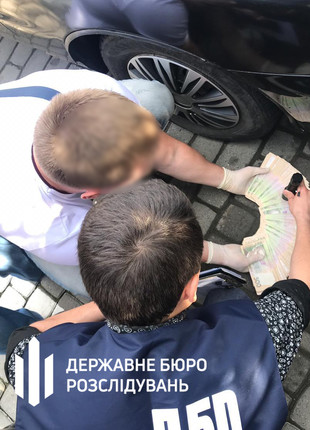 ДБР спіймало львівського правоохоронця на вимаганні 65 000 гривень
