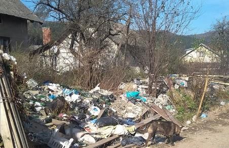 На Львівщині підприємець назбирав на подвір`ї стільки сміття, що коли воно загорілося, він вчадів