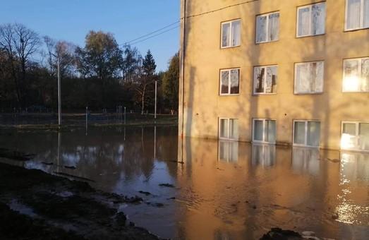 У Винниках під Львовом затопило школу