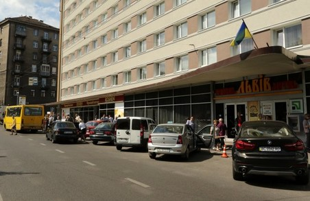 ЛМР підтримала 4 петиції, але залишила парковку біля готелю «Львів»