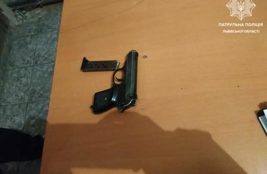 У Львові зловили молодиків, які цілилися зброєю у автівки