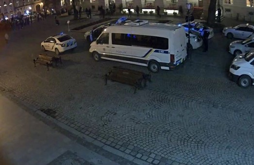 Масова бійка футбольних фанатів у центрі Львова: травмовані двоє правоохоронців (ВІДЕО)