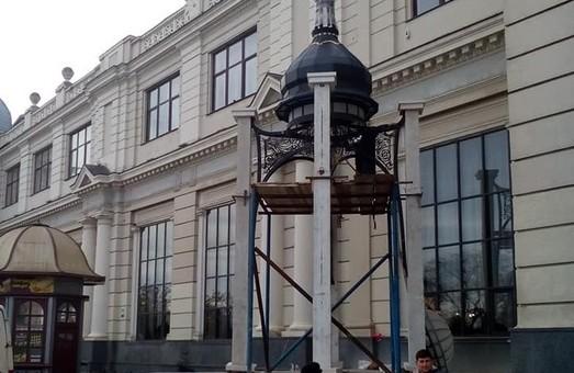 На площі Двірцевій будують незаплановану капличку