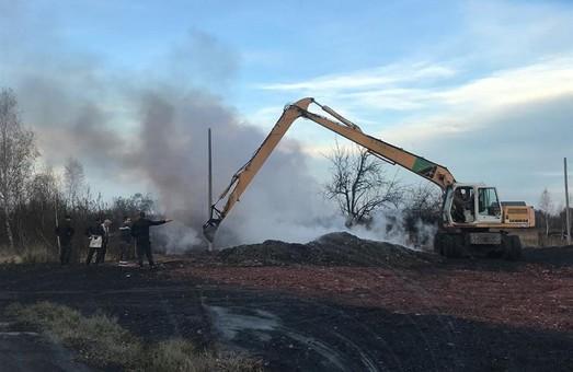 На Львівщині місце під парковку вкрили токсичним матеріалом, який горить вже тиждень