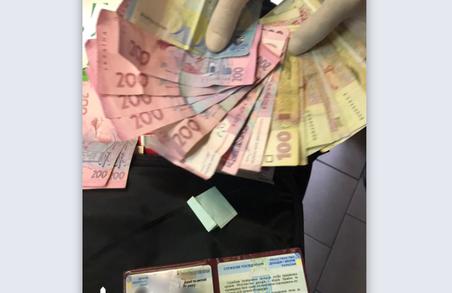 Слідчі львівського ДБР спіймали на хабарі двох митників та прикордонника