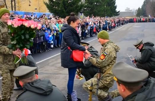 На Львівщині військовий, складаючи присягу, освідчився коханій