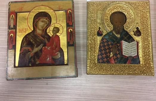 У Львівському аеропорту затримали українців, які намагалися незаконно вивезти ікони