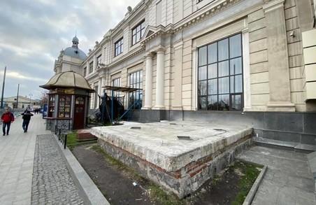 На площі Двірцевій демонтували незаконну каплицю