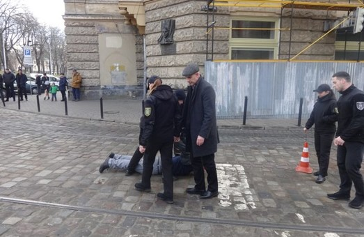 У центрі Львова чоловік кидався на людей