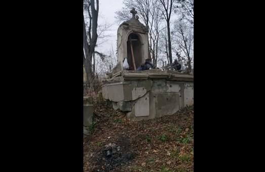 Вчора, 7 грудня, мешканцями вулиці Топольна у Львові було зафіксовано факт наруги над могилами і крадіжки з могил на Замарстинівському Кладовищі
