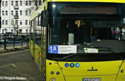 У Львові водій затис жінці руку дверима та змусив бігти за автобусом