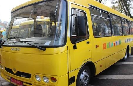 На Львівщині водії шкільних автобусів дорогою підсаджують пасажирів в салон