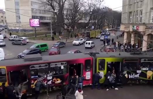 У Львові 15 пасажирів героїчно штовхали зламаний трамвай