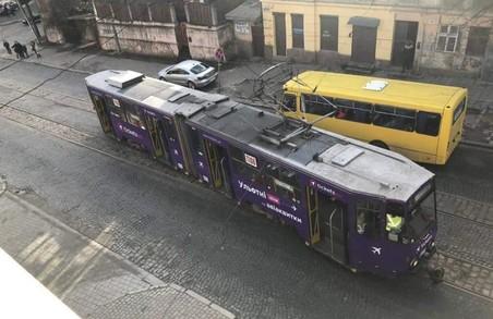 У Львові зійшов трамвай з рейок
