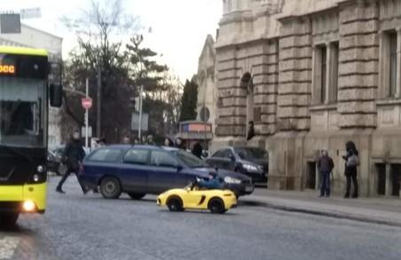У Львові власник незаконних машинок під Оперним випускає дітей кататися на проїжджу частину