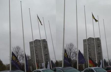 У Львові ветеран АТО помітив, що крупний ТЦ вивісив порваний стяг України