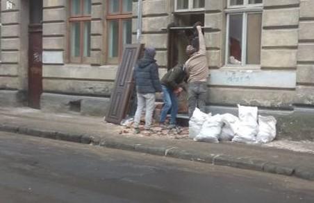 У Львові чоловік зробив зі свого вікна двері, а тепер зобов'язаний повернути вікно на місце
