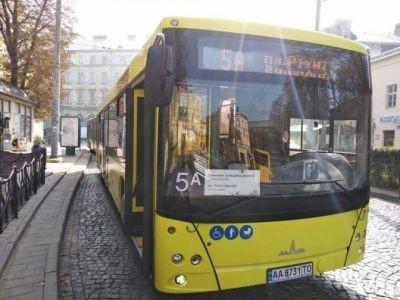 У Львові скоротили два автобусні маршрути, але запустили експреси до 2 сіл