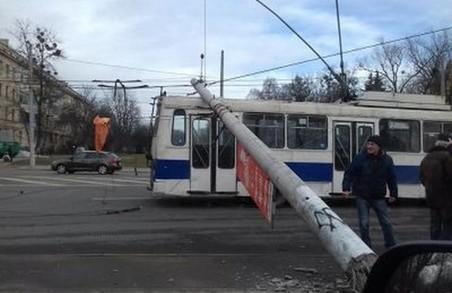 У Львівській мерії розповіли, хто платитиме за опори, які впали на тролейбус