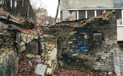 У Львові в стіні покинутого будинку знайшли єврейські надгробки