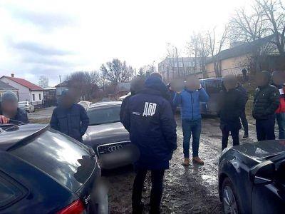 На Львівщині затримали двох копів, які змушували чоловіка торгувати наркотиками