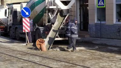 У Львові ремонтники заливають бетон у каналізацію
