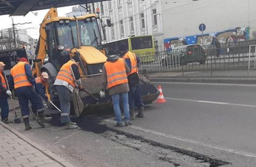 У Львові провели латковий ремонт доріг