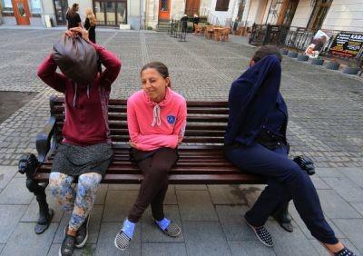 У Львові за грати відправили чотирьох циганок, які разом з поліцейськими обкрадали людей на вокзалі