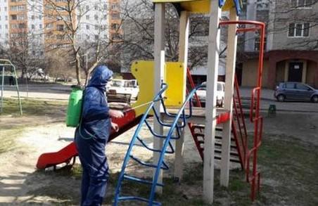 У Львові дезінфікують дитячі майданчики