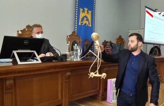 Символ зловживання владою та безвідповідальності: Садовий отримав від депутата міськради «золотий душ»