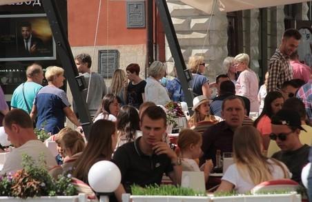 Незважаючи на стрімкий ріст COVID-19 на вулицях Льва купа людей без масок, кафе і ресторани переповнені (ФОТО)