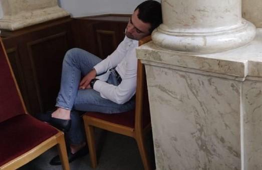 Депутат з Львівщини Саламаха заснув у ВРУ