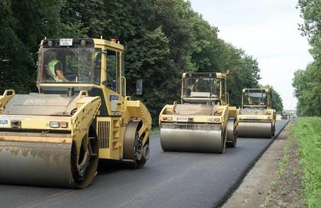 На Львівщині показали, як ремонтують автодорогу Н-13 до Ужгорода. На Закарпатті для ремонту двох ділянок цієї автодороги шукають підрядників