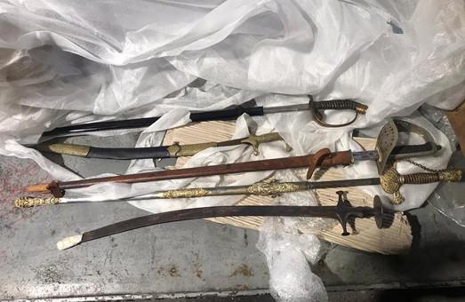 В Україну із Італії львів'янин намагався ввести старовині мечі та шаблі