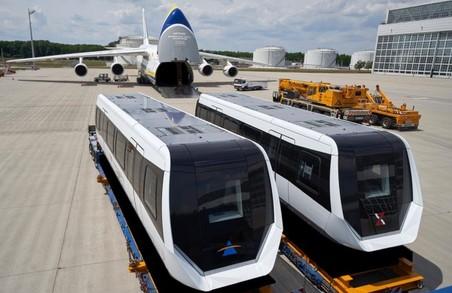 Український літак-гігант Ан-124-100 «Руслан» перевіз за один рейс два вагони потяга на магнітній подушці