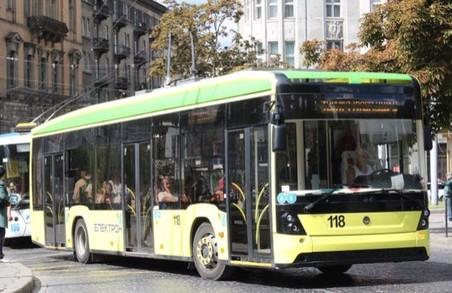 У Львові пасажир потрапив під тролейбус