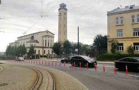 На вулиці Личаківській у Львові на проїзній частині з'явилися червонобілі стовпчики